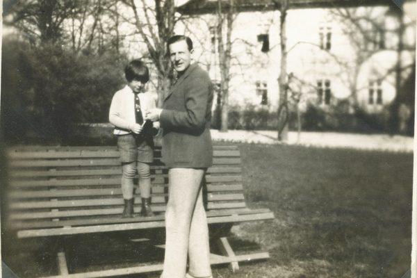 Péter édesapjával a parkban 1932-ben